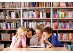 图书馆看书的小学生图片