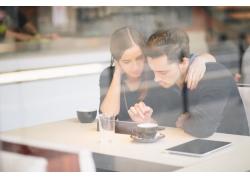 咖啡店里的看电脑的情侣