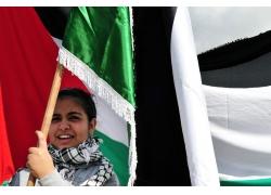 举着阿拉伯国旗的女人