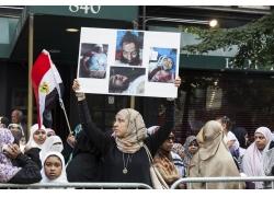举着受伤男人图片的阿拉伯女人