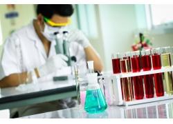 看显微镜的职业男性