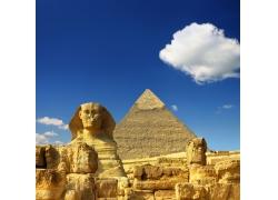 蓝天下的狮身人面像金字塔