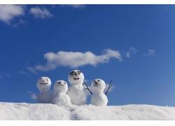 蓝天白云下的雪人