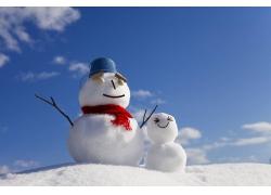 蓝天白云下的大小雪人