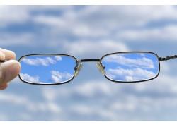 眼镜中的蓝天