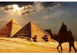 骑骆驼的人物与金字塔