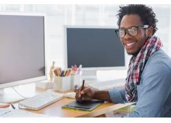 电脑前的黑色设计师