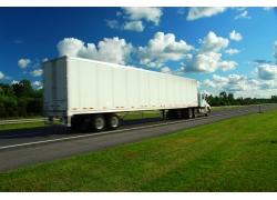 公路上的大型货柜车
