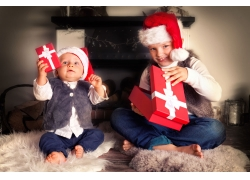 拆礼物的婴儿和小女孩图片