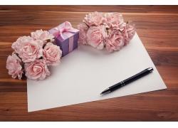 康乃馨花朵与礼物