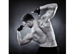 展示背部肌肉的男人