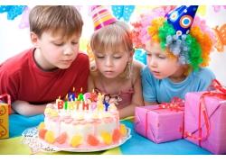 过生的儿童与生日蛋糕