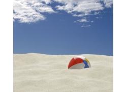 沙滩上的沙滩球