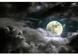 黑压云层和月亮