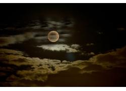 积云中的月亮