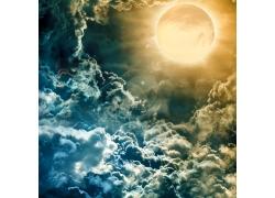 滚滚云层和月亮