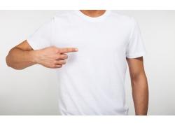 手指T恤的模特