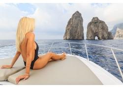 船头看风景的性感美女图片