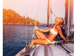 船上享受的性感美女图片
