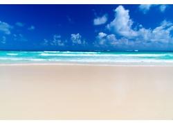 美丽沙滩风景与蓝天白云