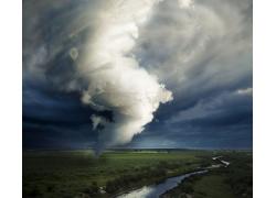 田园上的龙卷风