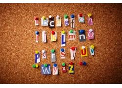 贴在墙上的字母