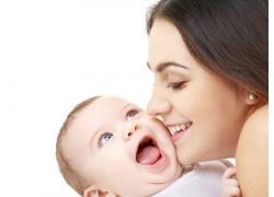 亲吻宝宝的美女妈妈