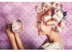 照镜子的美女