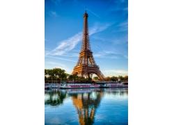 埃菲尔铁塔与水面倒影