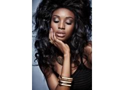 戴手镯戒指的黑人美女