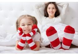 穿着袜子的母女俩