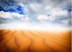 沙漠与蓝天白云