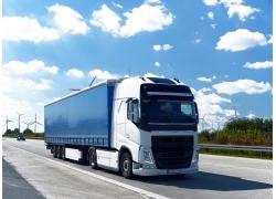 蓝天白云与卡车