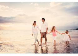 海边的一家人图片