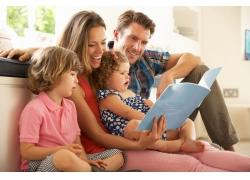 一起看书的家人图片