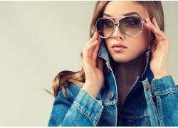 戴墨镜的时尚女性