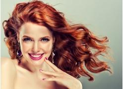 烫染红发的美女