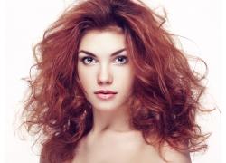 染红发的性感美女