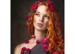 头戴鲜花的女人