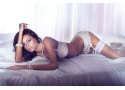 趴在床上的内衣模特美女