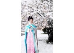 美丽雪景与古装美女