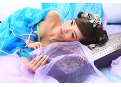 睡在古筝上的美女