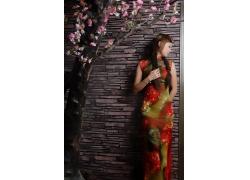 站在墙壁前的旗袍美女