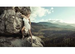 站在山石上的女人