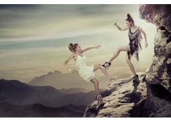 在岩石上打斗的女人