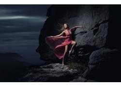 靠在岩石上的长腿美女