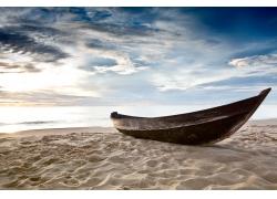 海边沙滩上的小船图片