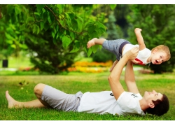 草地上的玩耍的父子俩
