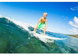 海上冲浪的外国小男孩