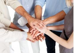 手放在一起的职业团队